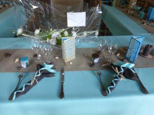 Décoration de table marron et bleue