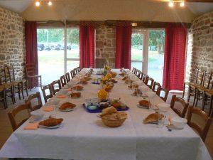 table petit déjeuner Pain frais viennoiserie